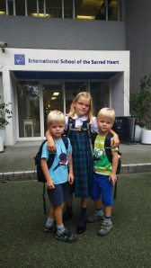 Linus, Lilo and Leonard in front of the new school
